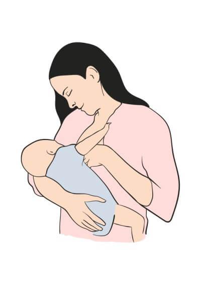 Mãe em pé amamentando o filho