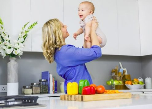 mãe levantando um bebê